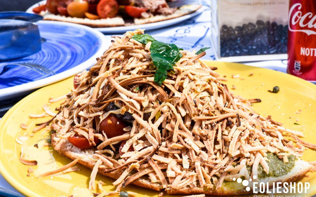 Pane Cunzato di Salina: Il Tradizionale Pasto Estivo delle Isole Eolie