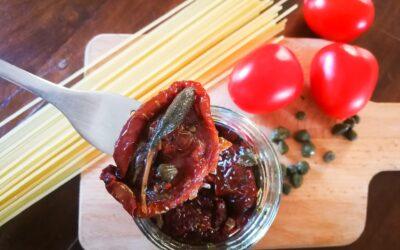 Pasta con Pomodori Secchi, Capperi e Cucunci di Salina